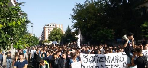 """Oggi Venerdì 10 Ottobre siamo scesi in piazza per contestare l'ennesima riforma che mina il diritto allo studio, la """"Buona Scuola"""" Renzi-Giannini, che come le riforme precedenti continua a spingere […]"""