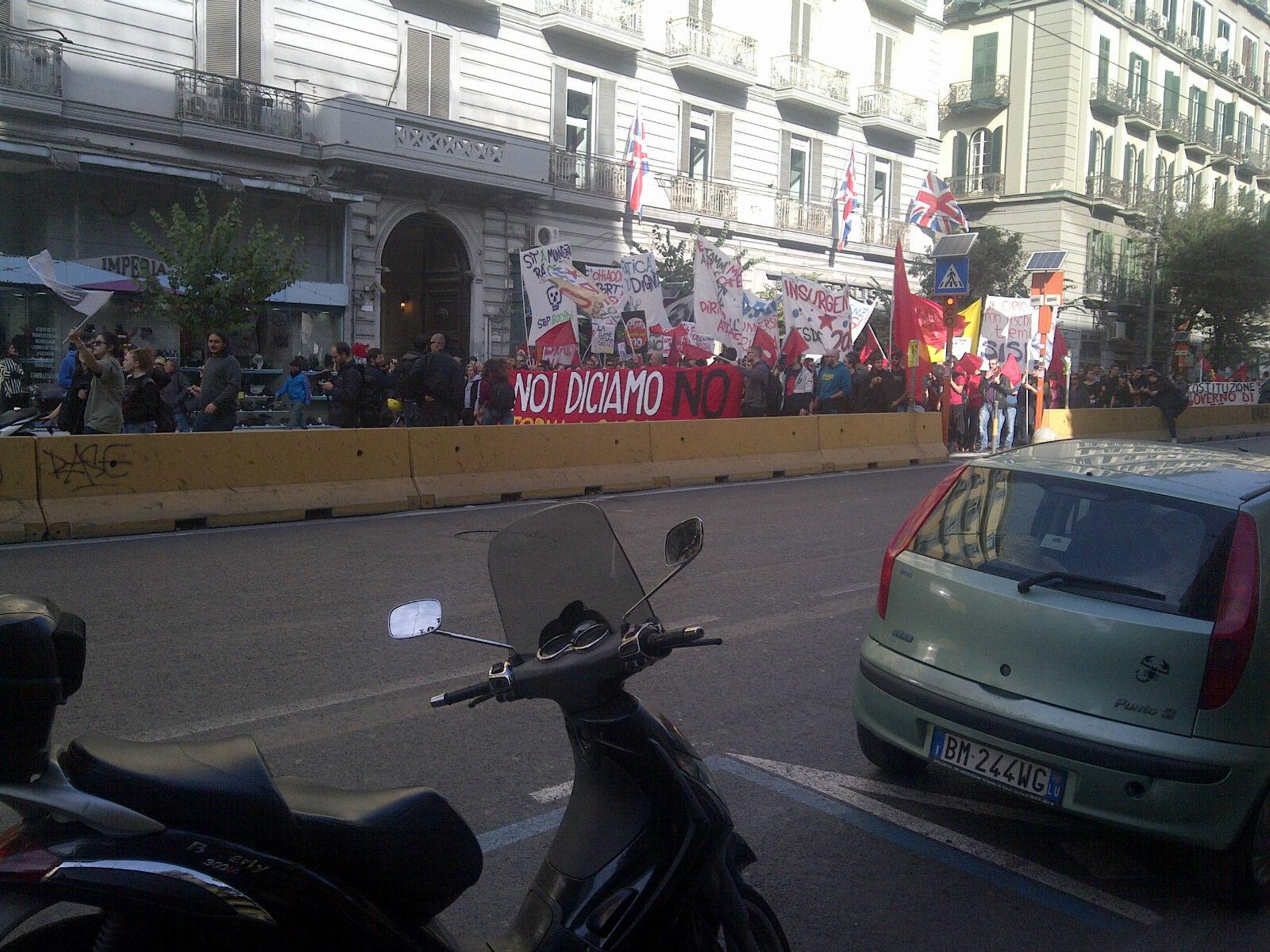 Cariche della polizia al corteo studentesco a Napoli. I manifestanti ribadendo il loro NO al disegno di legge Renzi Boschi sono stati brutalmente caricati. Dove non arrivano con la propaganda […]